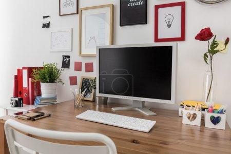 Photo pour Gros plan de l'ordinateur de bureau sur un bureau en bois - image libre de droit