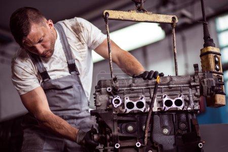 Photo pour Photo de pendaison sur palan en atelier de réparation de moteur de voiture - image libre de droit