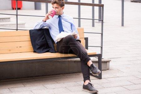 Photo pour Image de banlieue élégante, boire du café en attendant pour bus - image libre de droit