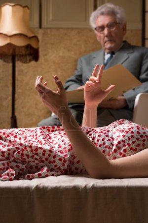 Photo pour Gros plan de gesticulant patient émotionnel au cours de la psychanalyse - image libre de droit