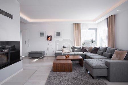 Photo pour Intérieur minimaliste de lumière moderne dans un style élégant - image libre de droit