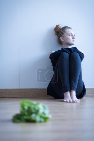 Photo pour Photo d'une fille maigre rejetant la nourriture - image libre de droit