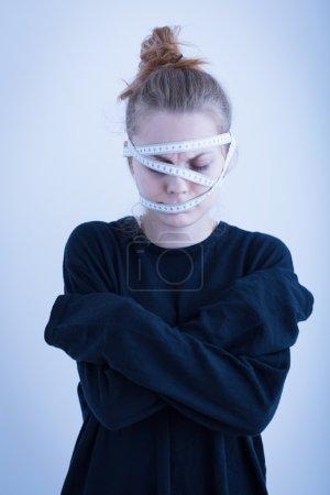 Photo pour Image d'une fille anorexique restant avec les bras croisés - image libre de droit