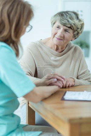 Photo pour Riche vieille femme a sa visite privée à la maison - image libre de droit
