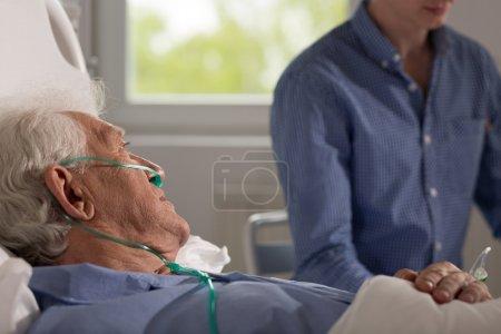 Verwandte besucht älteren Mann im Krankenhaus