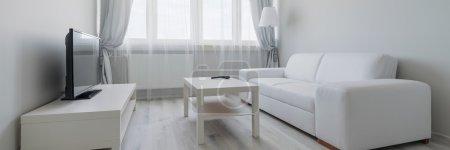 Photo pour Vue panoramique de blanc et moderne salle de séjour avec tv - image libre de droit