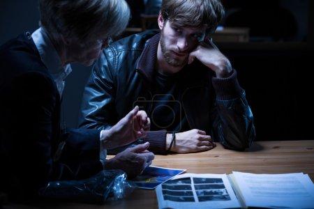 Photo pour Les policiers pensent à des hommes suspects. - image libre de droit
