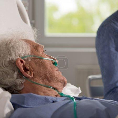 Photo pour Vue d'aîné malade, être visité par son but - image libre de droit