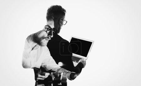 Foto de Doble exposición joven barbudo banquero con camisa negra y sosteniendo contemporáneo portátil hands.Blank pantalla listo para usted message.Isolated blanco, retrato hombre fondo . - Imagen libre de derechos