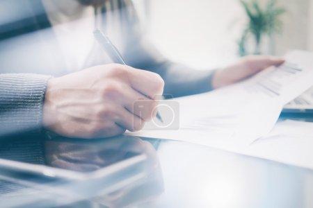 Photo pour Proche banquier photo travaillant à la table avec un nouveau projet d'entreprise. Signer le contrat et analyser les documents . - image libre de droit