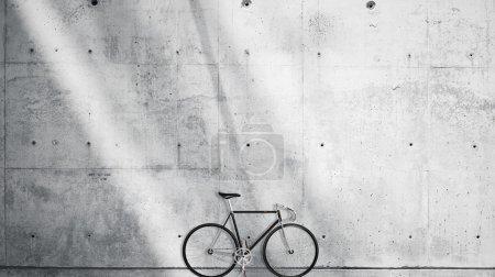 Photo pour Photo horizontale vierge Grungy Smooth Bare Concrete Wall in Modern Open Space Studio avec vélo classique. Rayons solaires doux réfléchissant sur la surface. Fond abstrait vide - image libre de droit