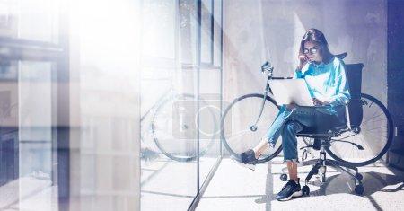 Photo pour Blogueur Hipster utiliser Notebook Agency Loft Studio. étudiant processus de recherche Home.Young femme travail entreprise démarrage bureau moderne.Analyser la nouvelle stratégie de marché créatif.Flou, effet de film.Large - image libre de droit