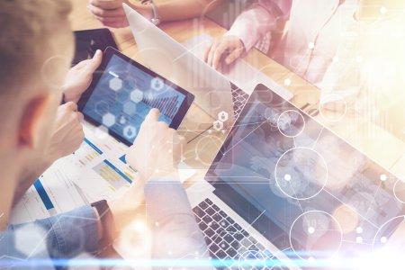 Photo pour Stratégie globale Virtual Icon Innovation Graph Interface.Coworker Startup Marketing Project.Businessman montrant le diagramme de la main Tablet Screen.Man prenant de grandes décisions de travail en ligne Trade.Sunlight Flares - image libre de droit