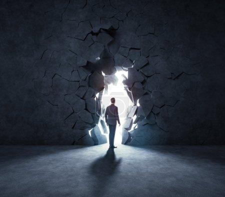Photo pour Un homme d'affaires brisant un mur - image libre de droit