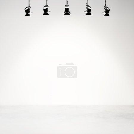 Photo pour Studio photo vide arrière-plan avec lampes et projecteurs - image libre de droit