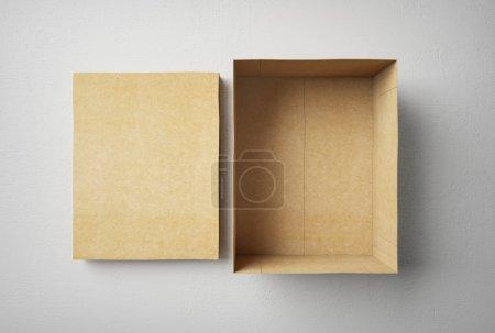 Photo pour Boîte de forme rectangulaire vide en carton - image libre de droit