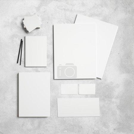 Foto de Conjunto de elementos de marca sobre fondo de hormigón - Imagen libre de derechos