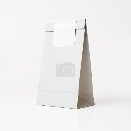 Foto de Bolsa de papel blanco con la etiqueta engomada blanca sobre fondo claro - Imagen libre de derechos