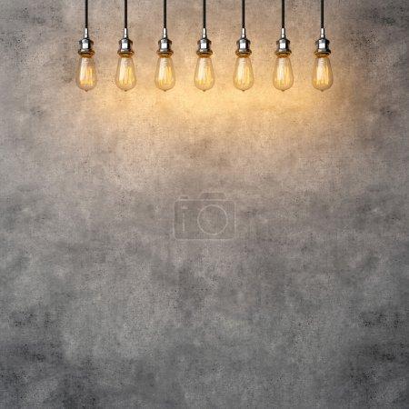 Photo pour Ampoules vintage décoratives suspendues sur le fond en béton - image libre de droit