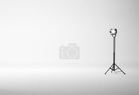 Photo pour Studio blanc avec équipement photo - image libre de droit