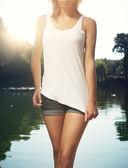 žena nosí prázdné s slunečního záření
