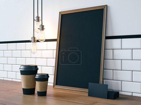 Photo pour Affiche noire sur table avec tasses à café vierges, cartes de visite . - image libre de droit