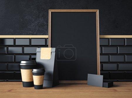 Photo pour Affiche noir sur la table avec les tasses de café noir blanc, cartes de visite - image libre de droit
