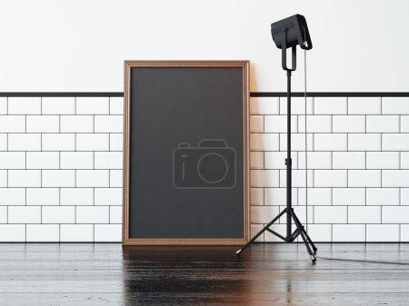 Photo pour Cadre blanc noir sur le sol et une lampe d'éclairage lumière jaune - image libre de droit