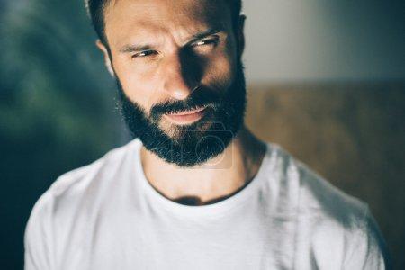 Photo pour Gros plan portrait d'un bel homme barbu errant tshirt blanc - image libre de droit