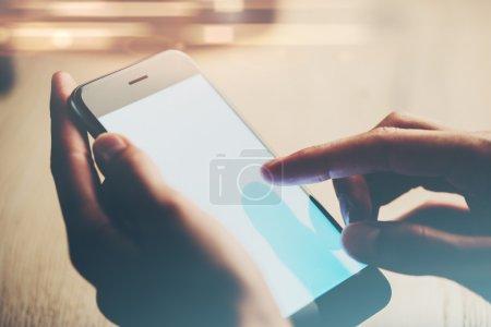 Photo pour Smartphone en mains féminines et message SMS - image libre de droit