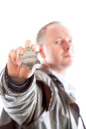 Photo pour Shérif présente son badge étoile de shérif isolé sur blanc - image libre de droit