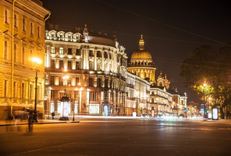 Belle vue de nuit sur Nevsky Prospect et Isaacs Cathedral ne