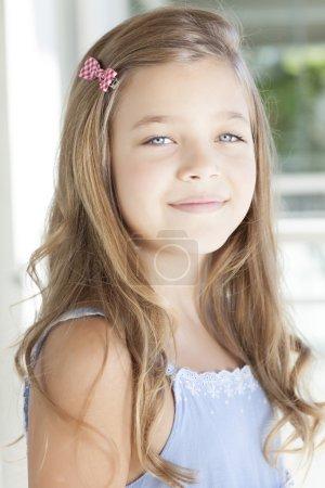 Photo pour Belle fille blonde avec des yeux bleus et une robe bleue pâle - image libre de droit
