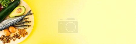 Photo pour Le mot keto vient de la nourriture cétogène. Aliments diététiques cétone sur fond jaune avec place pour le texte. - image libre de droit