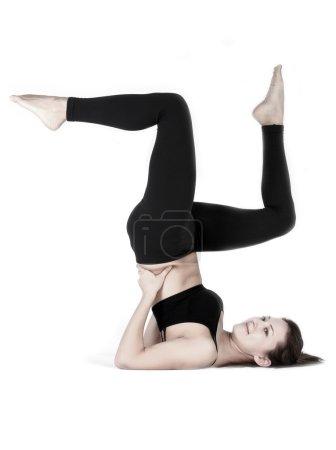 Photo pour Concept de mode de vie sain. Jeune et belle femme faisant des cours de fitness et de yoga sur fond blanc. Une série d'exercices différents . - image libre de droit