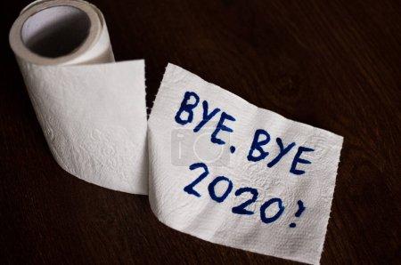 Photo pour Image conceptuelle du papier hygiénique, symbole de la crise covid-19 et de la pandémie en 2020. Image abstraite, dire au revoir à la mauvaise année, laisser le passé derrière, en espérant pour mieux. - image libre de droit
