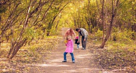 Photo pour Bonne promenade en famille dans le parc d'automne - image libre de droit
