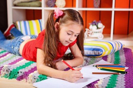 Photo pour Dessin de fille avec des crayons dans la chambre des enfants - image libre de droit