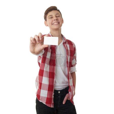 Photo pour Mignon adolescent garçon en chemise à carreaux rouges avec petite carte de papier sur fond blanc isolé, demi-corps - image libre de droit