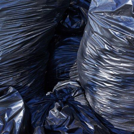 Stapel voller Müllsäcke