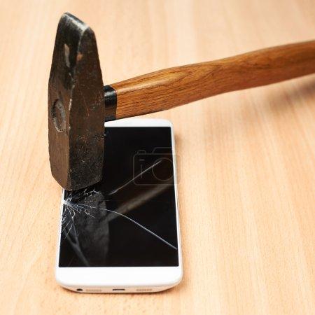 marteau et téléphone cassé
