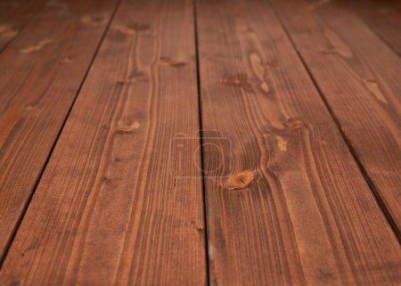 Photo pour Surface recouverte de plusieurs panneaux de bois de pin enduits de peinture brune comme une faible profondeur de composition de fond de champ - image libre de droit