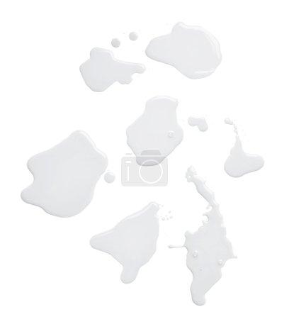 Photo pour Ensemble de plusieurs flaques d'eau d'un déversement de peinture à l'huile isolé sur le fond blanc, vue de dessus - image libre de droit
