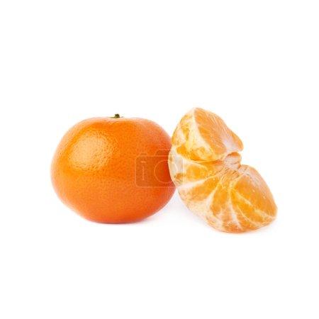 Photo pour La moitié et fresh fruits mandarine juteuse desservis isolé sur fond blanc - image libre de droit