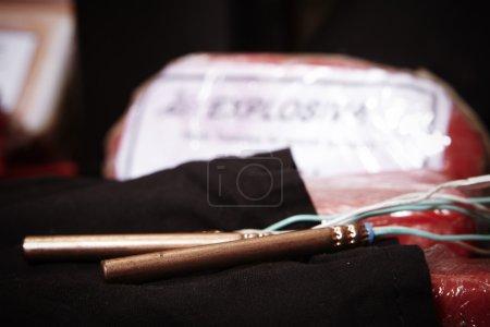 Photo pour Police a saisi 20 kilos d'Unitex plastique explosifs, détonateurs, canons, composants de la bombe et couteaux - image libre de droit