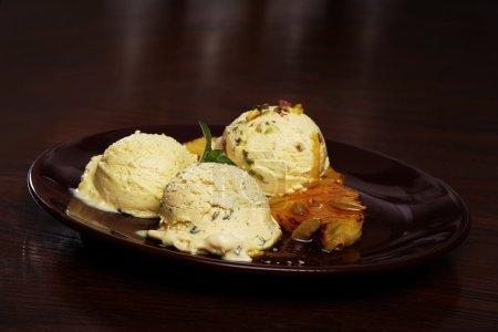 Savoureux vanille Glace sur assiette