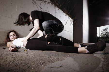 Photo pour Couple au fond de médicaments à l'aide de pervitine directement sur la rue jusqu'au décès de l'un - image libre de droit