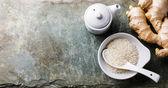 Rýže, čerstvý kořen zázvoru a sójová omáčka