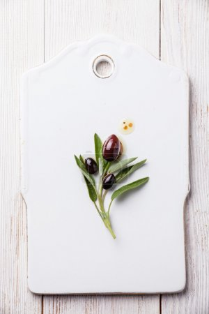 Photo pour Olives à feuilles de sauge sur fond blanc - image libre de droit