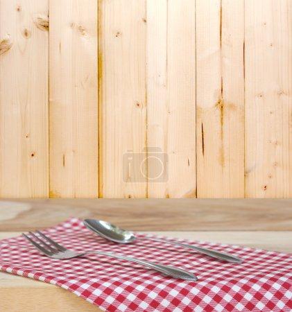 Tischdecke und Löffel mit Gabel zum Servieren von Speisen
